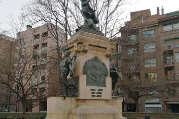 Monumento a Agustina de Aragón en la Plaza del Portillo