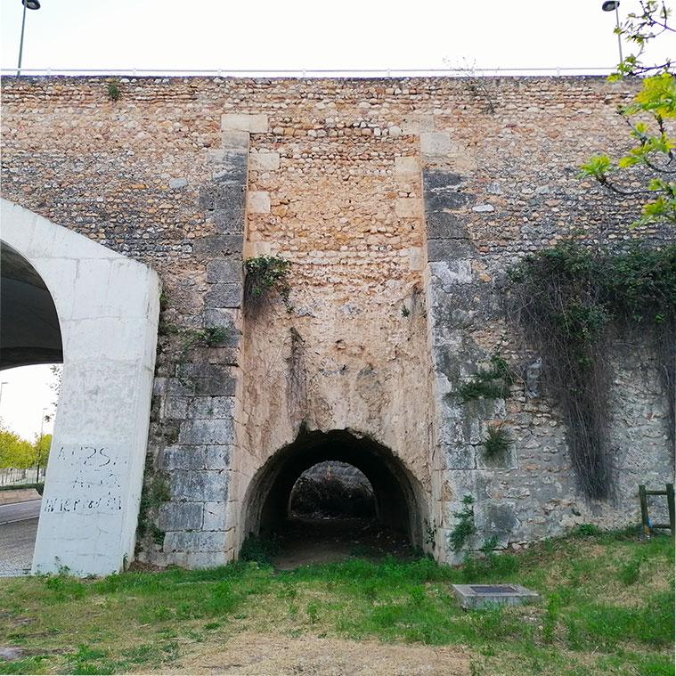 Restos del acueducto construido por Ramón Pignatelli para que el Canal Imperial salvase el Barranco de la Muerte