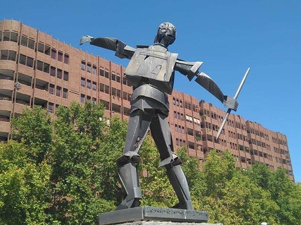 la escultura Tirador de Barra Aragonesa en el Parque Miraflores
