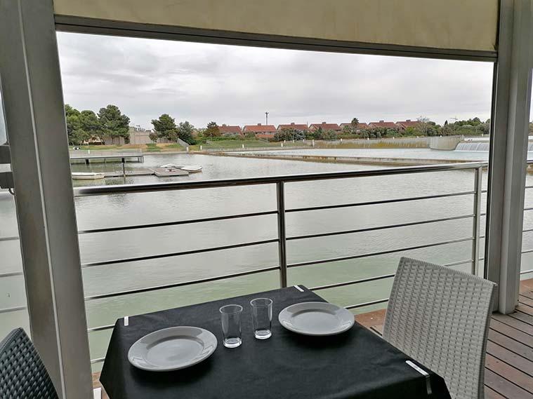 almuerzo en la terraza el lago