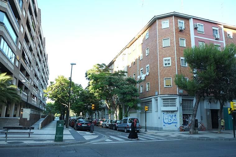Antiguas viviendas de trabajadores de la Química en la esquina de la Avenida Almozara con Río Esera