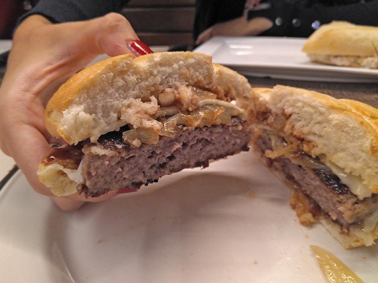 bocadillo hamburguesa en el restaurante el molino de puerto venecia