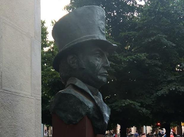 busto monumento a felipe sanclemente en el paseo independencia