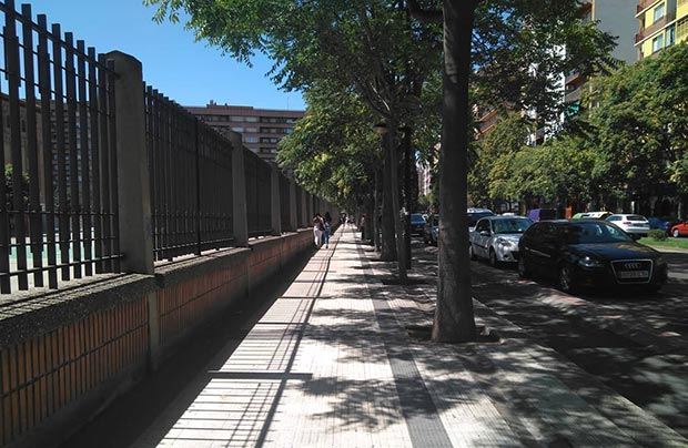 persona caminando por el camino de las torres de zaragoza