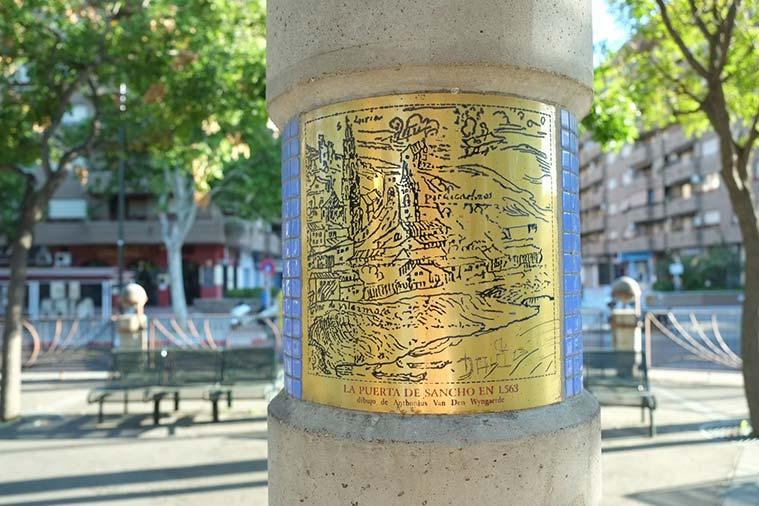 Dibujo de la antigua Puerta de Sancho sobre una placa de latón