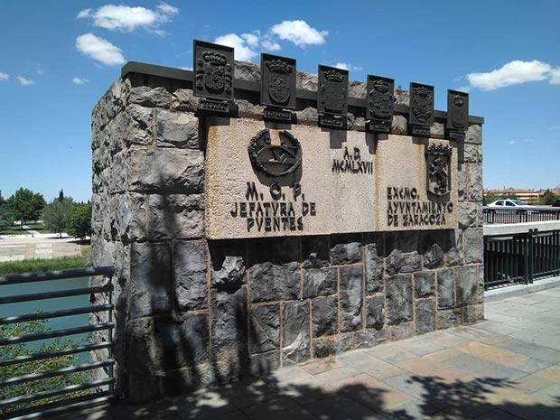 Escudos de las provincias por las que pasa el Ebro en el Puente de Santiago de Zaragoza