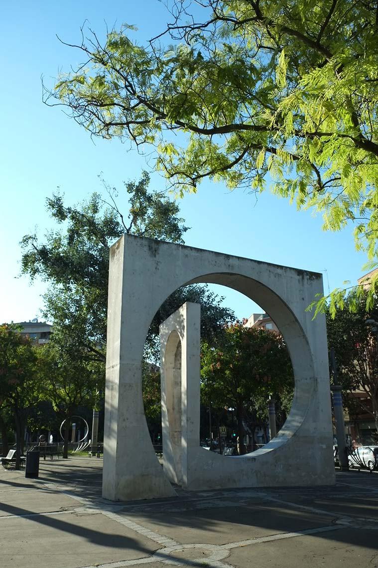 Homenaje a la antigua Puerta de Sancho. Esta Puerta marcaba el límite de la ciudad medieval amurallada y el comienzo de la huerta