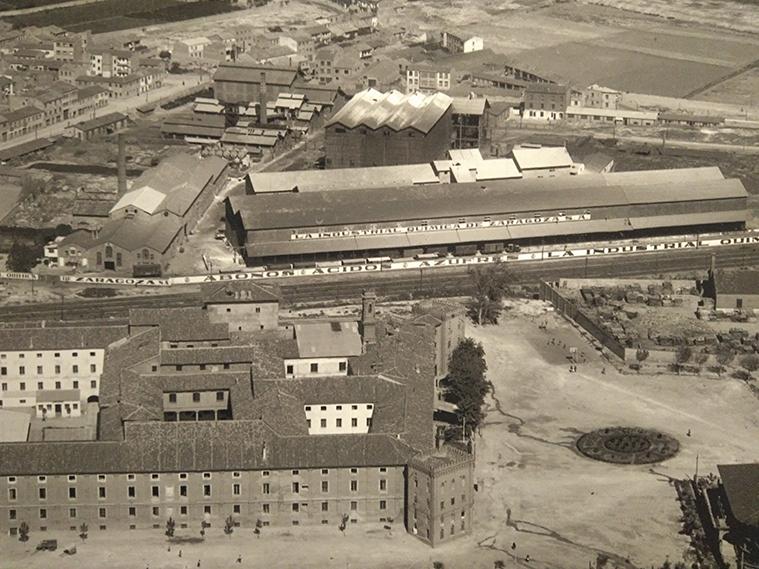 La Industria Química de Zaragoza, fundada en 1899 por Tomás Castellano y ubicada junto al Plaacio de la Aljafería (en primer término). Imagen tomada enla década d elos 50