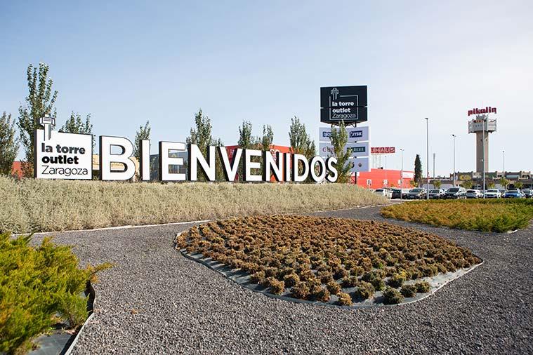 Acceso a la Torre Outlet, a la derecha se aprecia la torre de las antiguas oficinas, un icono de la ciudad de Zaragoza