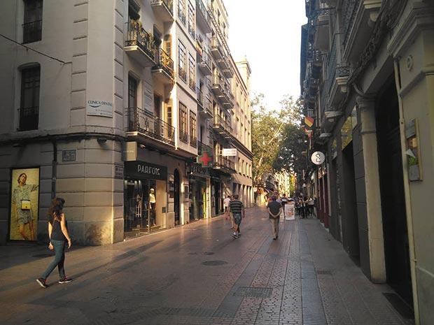 personas caminando por la calle san miguel de zaragoza