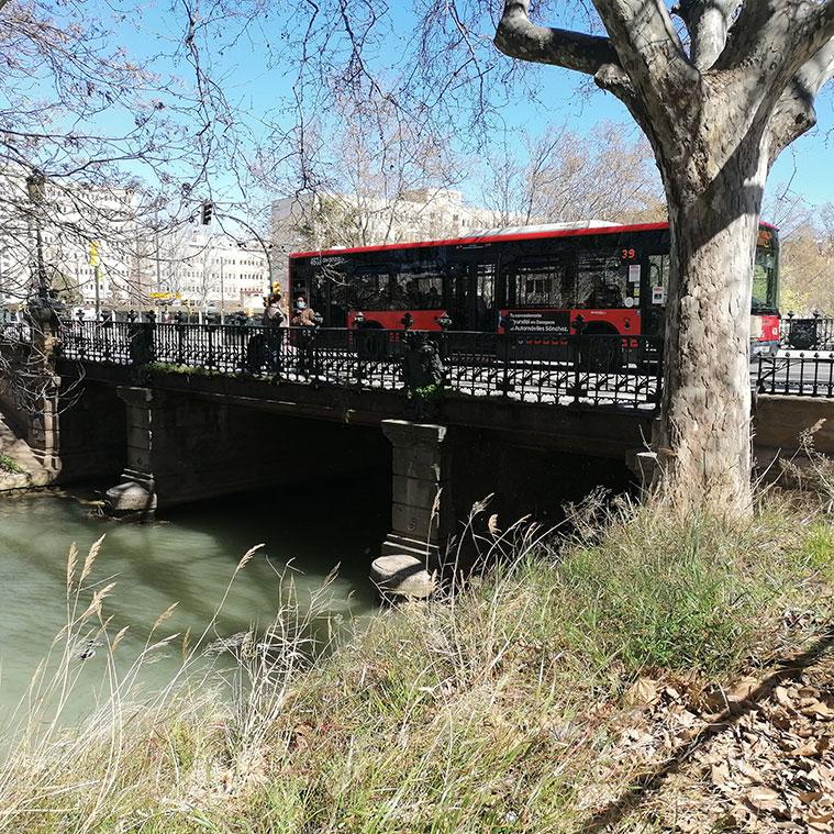 un autobus cruzando el puente de america en direccion hacia torrero