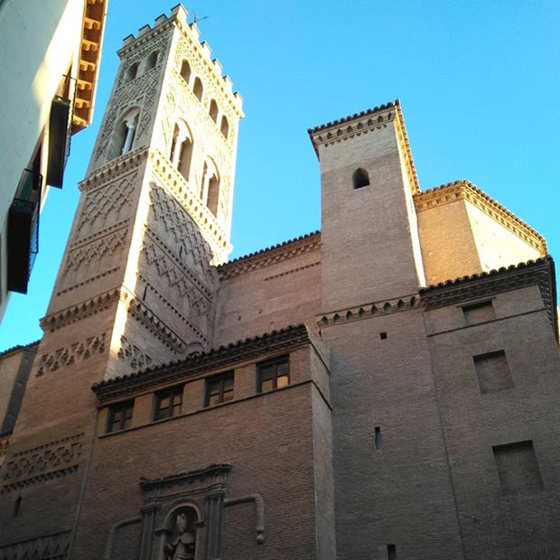 vista de la torre mudejar de la iglesia san gil abad zaragoza