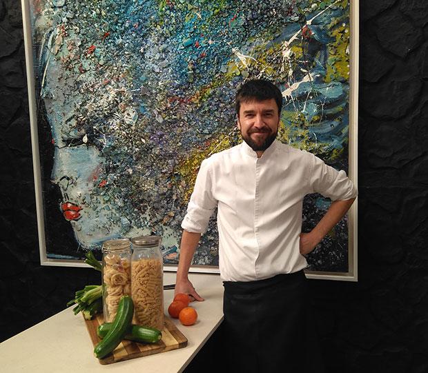 El chef Daniel Yranzo con algunos alimentos saludables