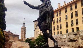 Estatua de César Augusto, el fundador de la ciudad