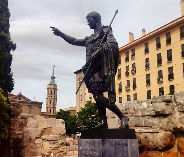 Estatua de César Augusto, el fundador de Zaragoza