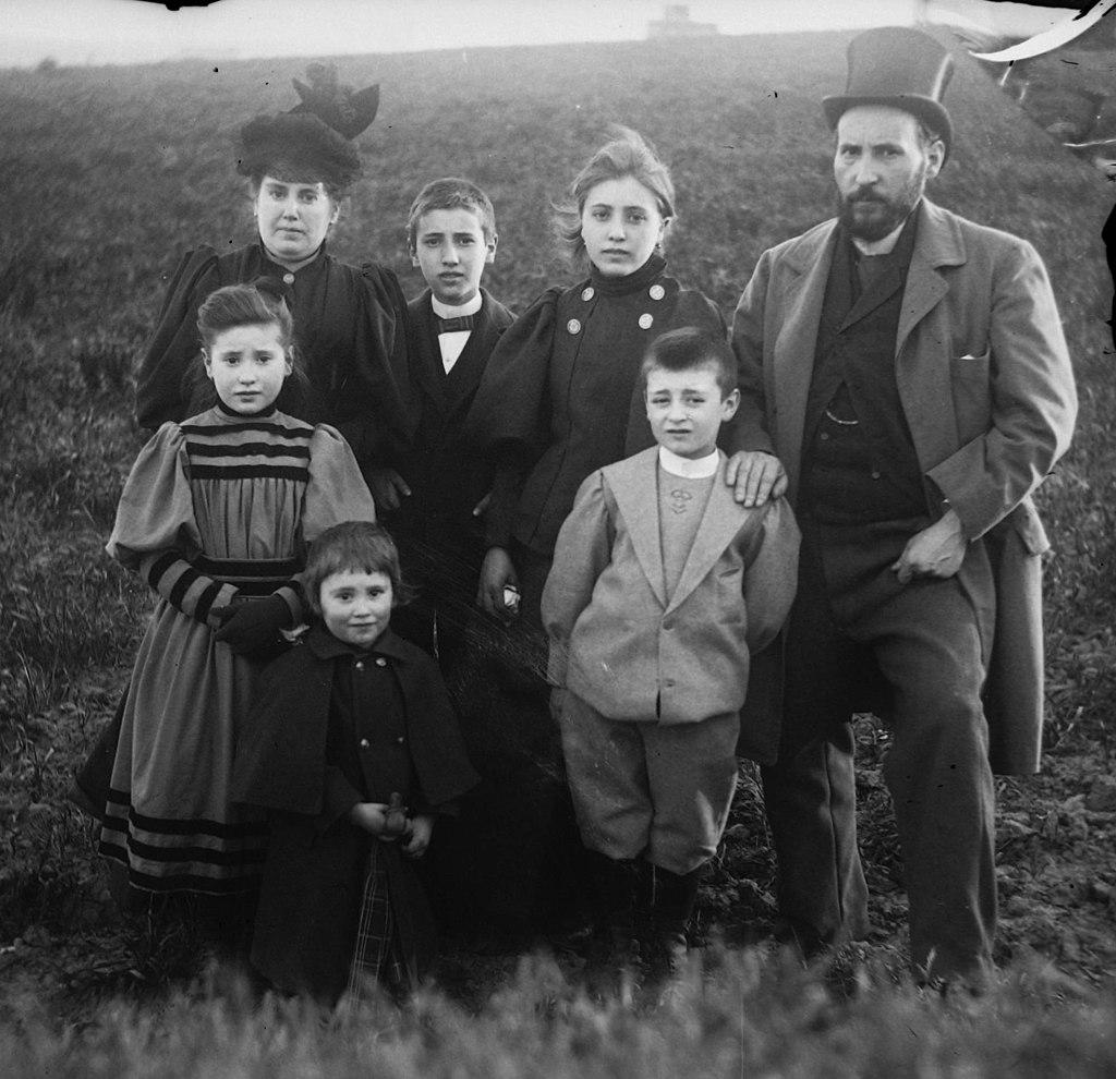 Autorretrato familiar de Cajal con su esposa, Silveria, y sus hijos, hacia 1895