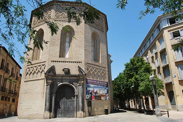 Fachada de la iglesia y torre de la Magdalena en Zaragoza