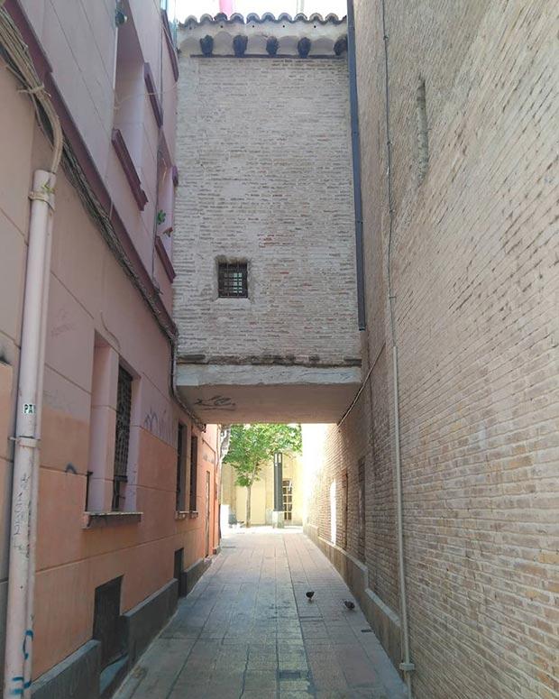 La calle del Órgano, en las traseras de la iglesia de La Magdalena, debe su nombre al receptáculo de ese instrumento, que forma un pasadizo o arco sobre la vía