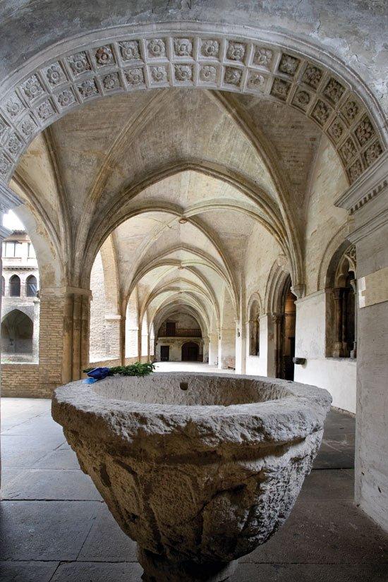 Pila bautismal en el claustro del monasterio
