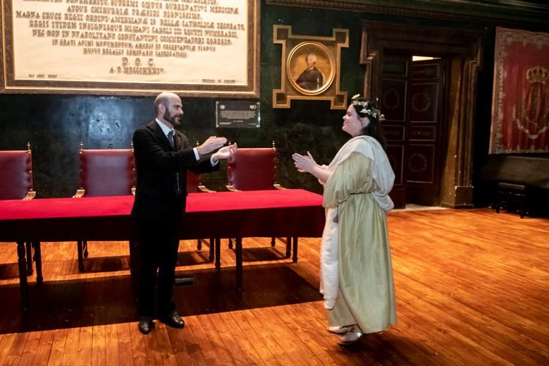 Visita teatralizada en la pequeña sala con bancos corridos de madera del Colegio de Médicos de Madrid dónde impartió clases durante 30 años Santiago Ramón y Cajal