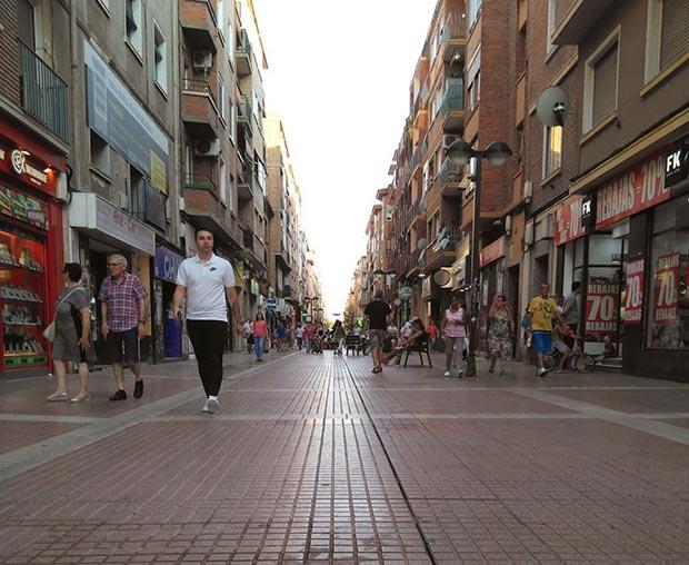 gente paseando por la calle delicias de zaragoza