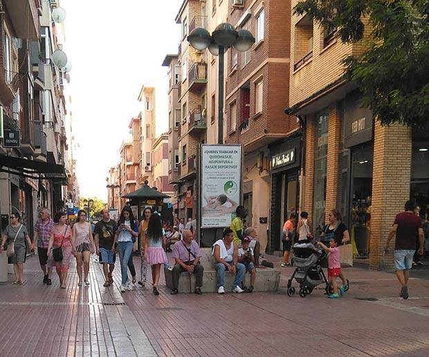 gente sentada en la calle delicias