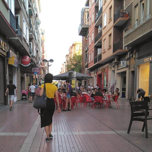 personas paseando por la calle delicias de zaragoza