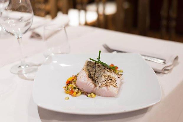 pescado con verduritas en el restaurante la garnacha