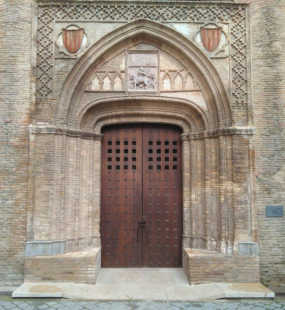 En la composición de la portada de la iglesia de San Martín se conjugan elementos cristianos e islámicos