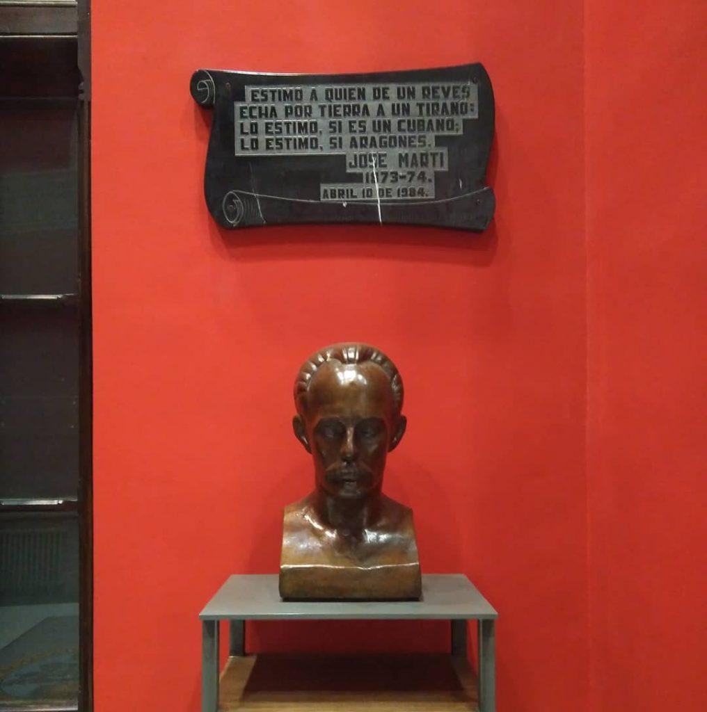 Busto dedicado a José Martí en la entrada del Paraninfo de la Universidad de Zaragoza