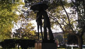 """Escultura """"Pareja paseando bajo un paraguas"""" en el Paseo de la Constitución"""
