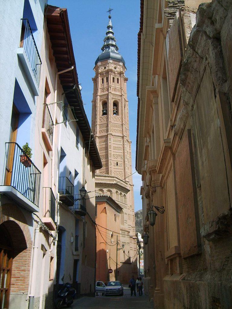 La Torre Mudéjar de Santa María de Calatayud fue construida siguiendo el modelo y ejemplo de la Torre Nueva