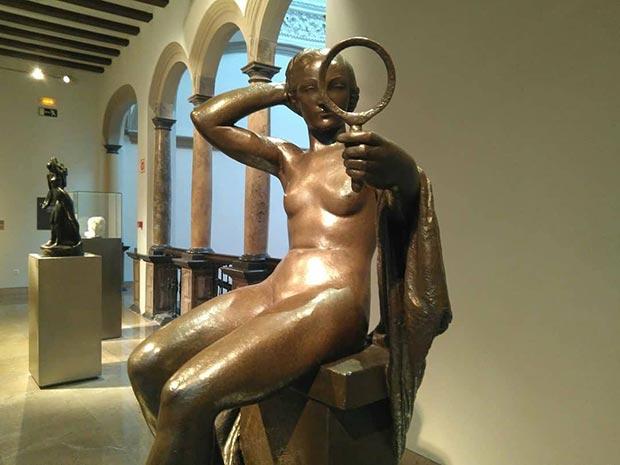 """""""Mujer del espejo"""" (1934) es una obra es muy representativa de los últimos desnudos de tendencia clasicista realizados por Gargallo, tan personales y unitarios en lo conceptual como depurados e incluso austeros en los aspectos formales."""