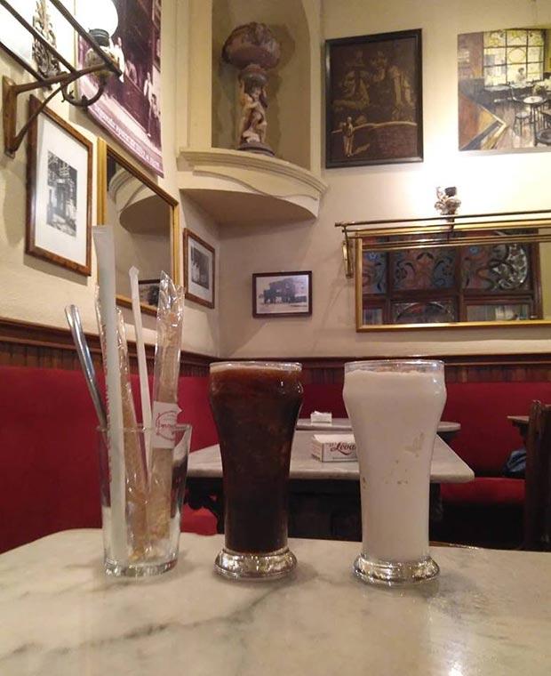 Batidos de Café y de Leche Merengada (con barquillo incluido) en el Café Levante