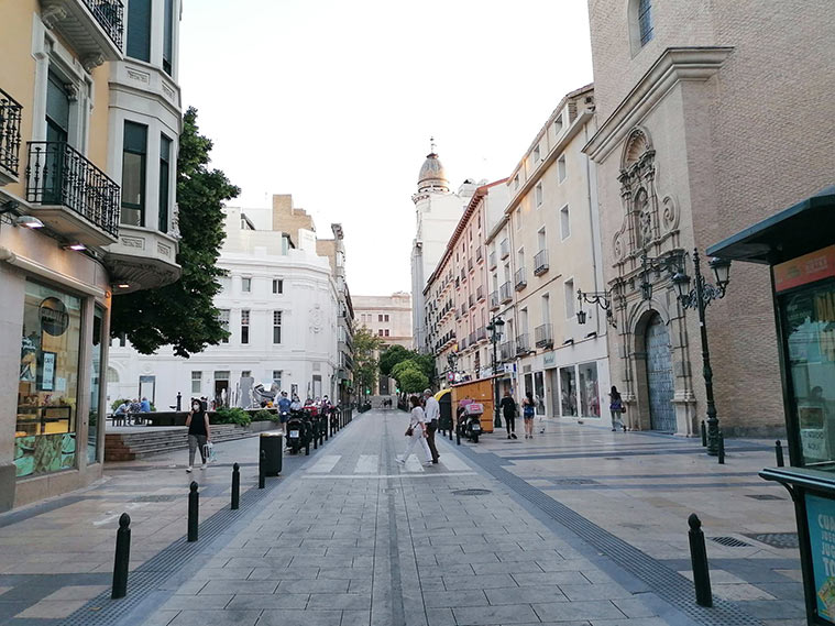 Imagen de la Calle Don Jaime con el Teatro Principal a la izquierda, la iglesia de San Gil a la derecha y el Coso al fondo