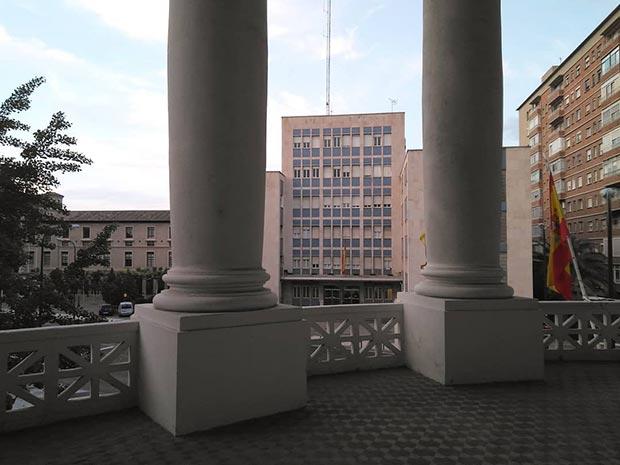 Balcón principal del Grupo Escolar Joaquín Costa