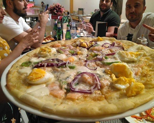 pizzas en el restaurante piazza
