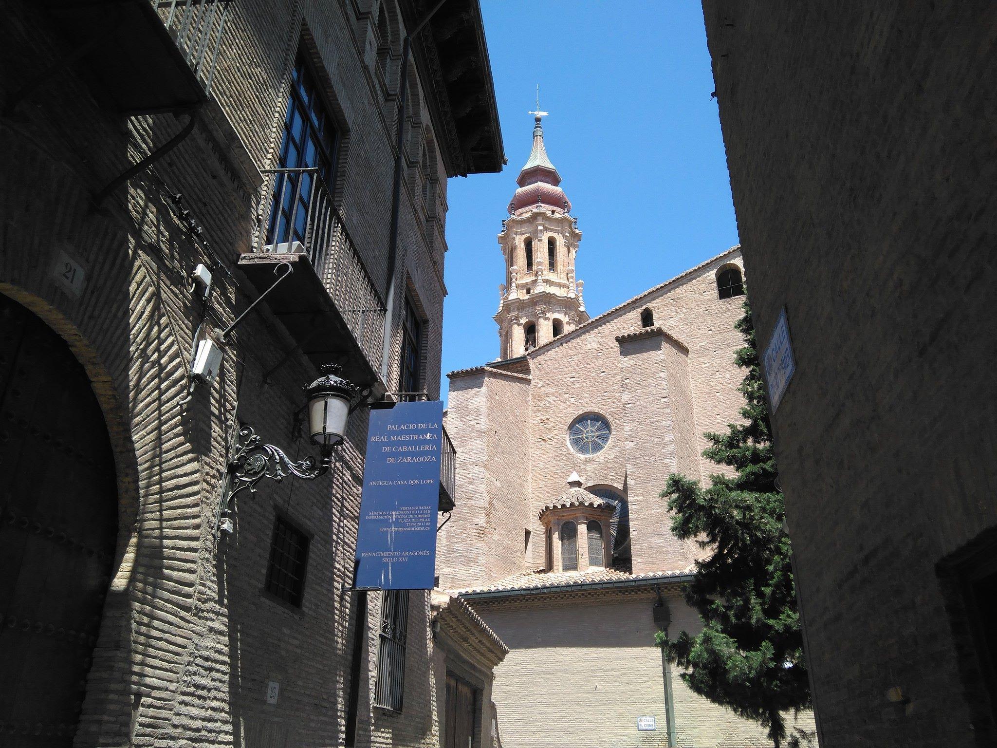 Vista de la Real Maestranza de Caballería y La Seo desde la Plaza Santa Marta