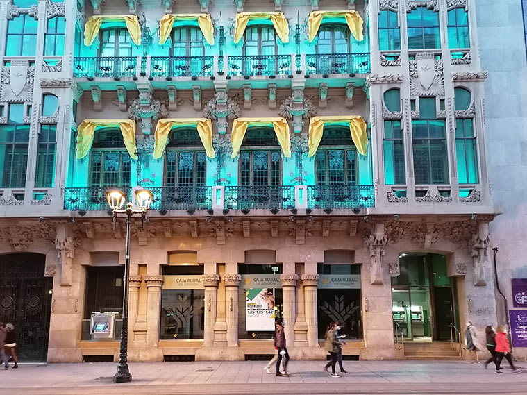 El Antiguo Casino Mercantil de noche
