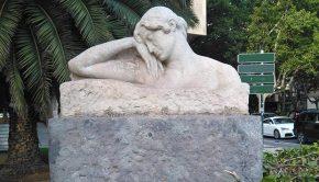 """Escultura """"Mujer dormida"""" en Zaragoza"""