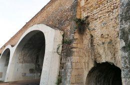 El antiguo acueducto-puente de Ramón Pignatelli, perforado para dejar paso a dos calzadas y dos aceras