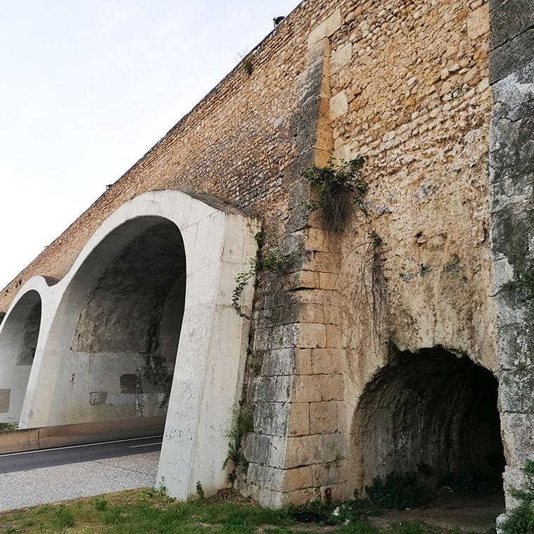 El antiguo acueducto-puente de Ramón Pignatelli, perforado para dejar paso a dos calzadas y dos aceras. al fondo, el nuevo barrio de Parque Venecia