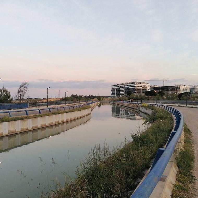 El Canal Imperial circula sobre el Tercer Cinturón o Ronda Hispanidad gracias a un moderno acueducto construido en 2003