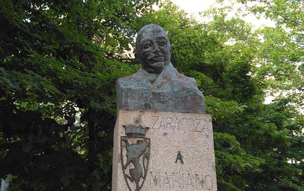 Monumento dedicado a Mariano de Cavia en la plaza Aragón de Zaragoza