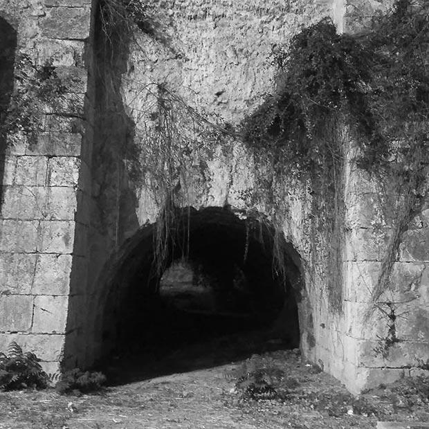 Restos del antiguo acueducto construido por Ramón Pignatelli en la Ronda Hispanidad