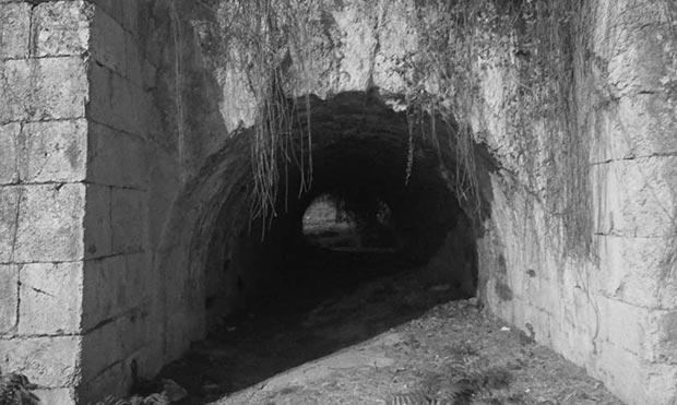 Restos del antiguo puente ferroviario en la Ronda Hispanidad