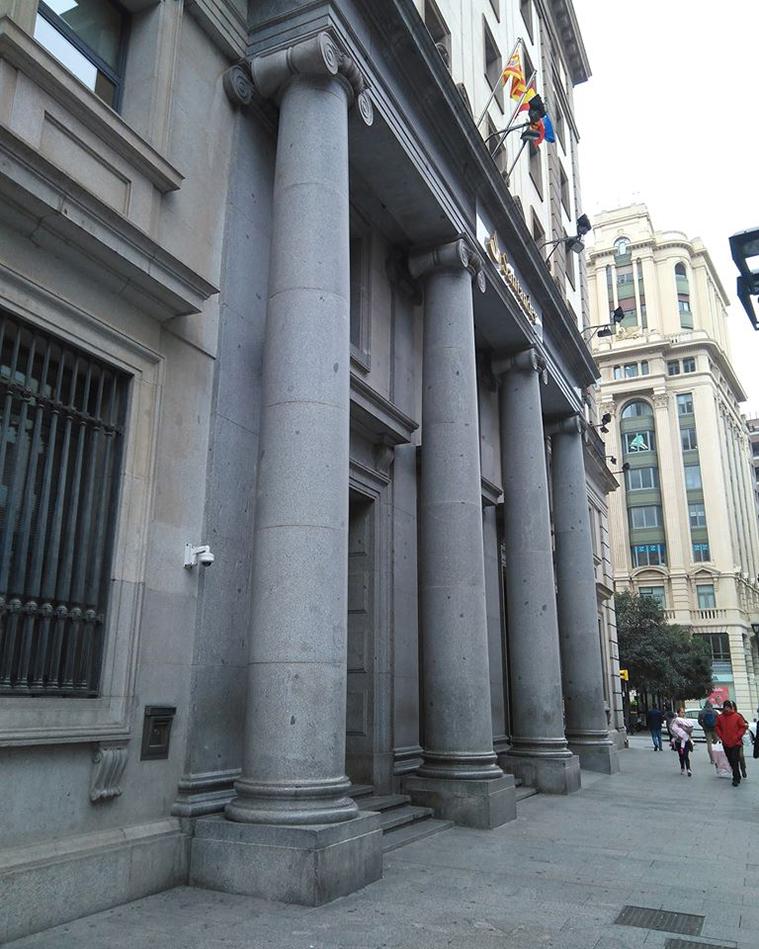 columnas de la fachada del antiguo banco de aragon