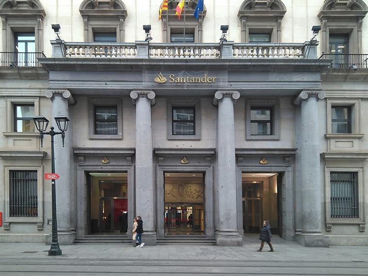 fachada del antiguo banco de aragon visto desde el coso