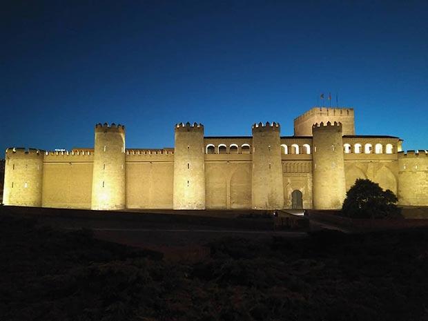 El Palacio de la Aljafería de noche