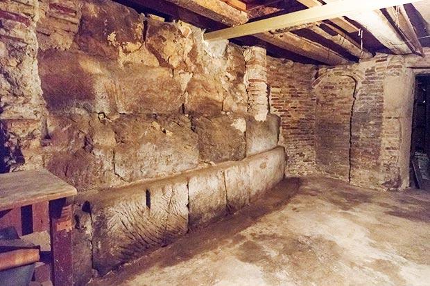 Restos del torreón de la muralla romana de Zaragoza encontrados en el Coso, junto a la Plaza de la Magdalena